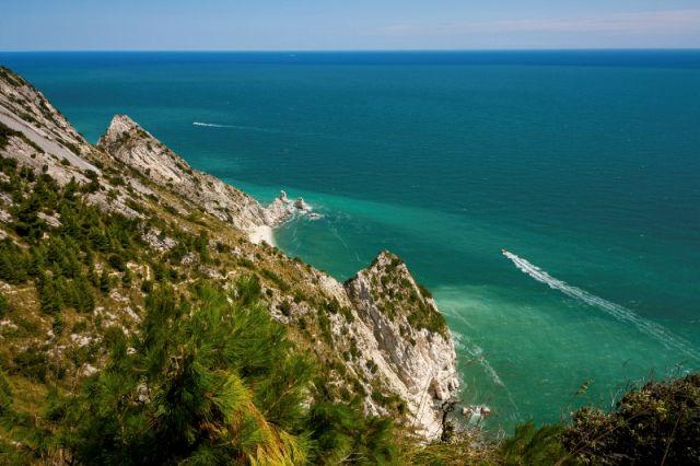 Mare e cielo nel Parco regionale del Conero nelle Marche - Movingitalia.it
