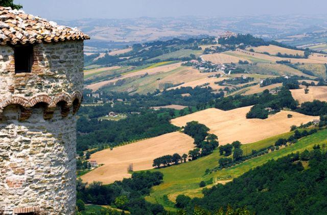 Foto panoramica e Torre Arcevia - Movingitalia.it