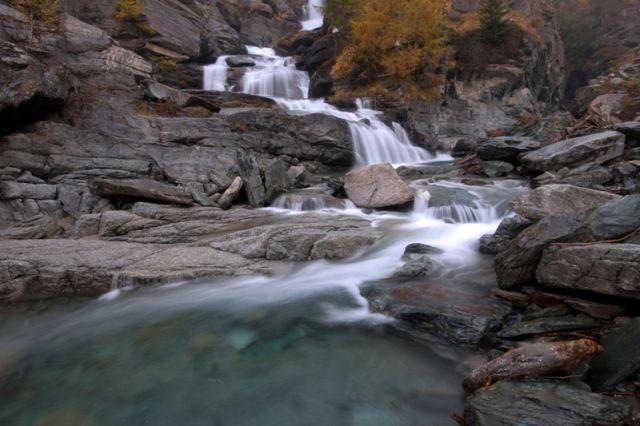 famosa cascata di Lillaz Cogne Valle del Parco Nazionale Gran Paradiso nel nord Italia. - Movingitalia.it