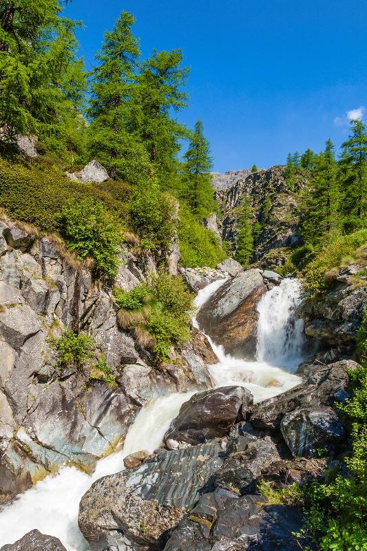 Il torrente Lys impetuoso scorre attraverso le rocce nella valle del Lys si trova sul lato sud del Monte Rosa in Valle d'Aosta. - Movingitalia.it