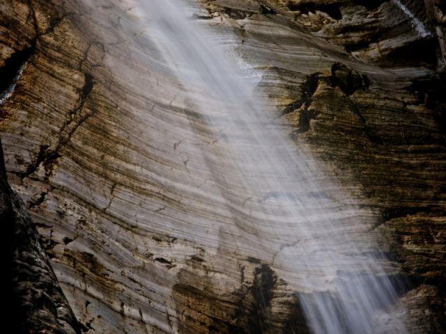 Lunga esposizione di una cascata nella Foresta, Piemonte