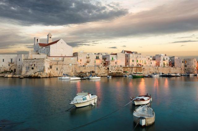 Foto panoramica del porto di Giovinazzo in Puglia