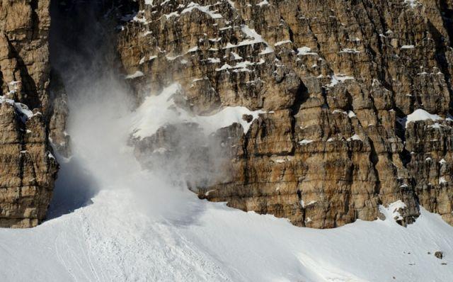 Una valanga caduta dalla Cima Grande sul lato sud. Tre Cime di Lavaredo Belluno - Movingitalia.it