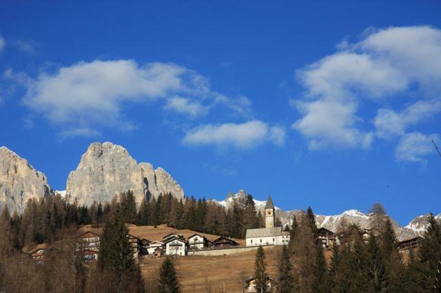 Paesaggio autunnale di montagna, con un favoloso cielo azzurro Falcade - Movingitalia.it