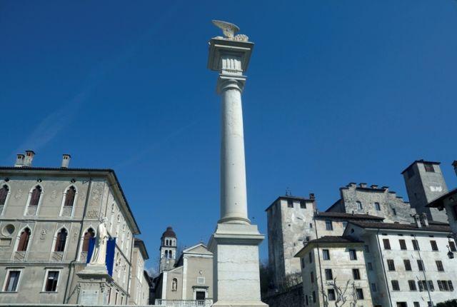 Piazza centrale e storica città di Feltre - Movingitalia.it