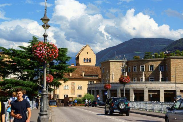 Ponte Talvera a Bolzano e fiori sui lampioni - Movingitalia.it