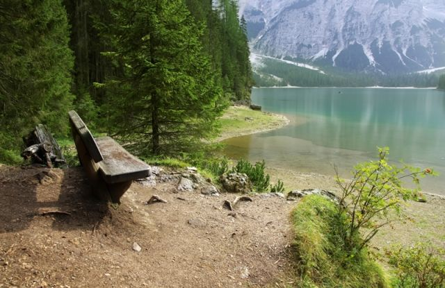 Lago di Braies e panchina