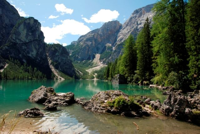 Foto panoramica del lago di Braies alberi e montagne - Movingitalia.it