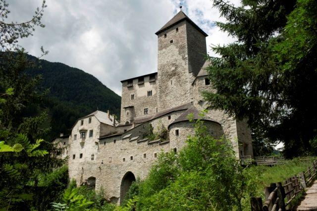 Veduta del maestoso Castello di Tures e cielo nuvoloso, Alto Adige - Movingitalia.it