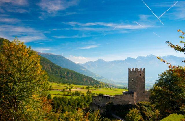 Vista panoramica della vecchia repubblica del castello Furstenberg in Burgusio, Val Venosta, Alto Adige - Movingitalia.it