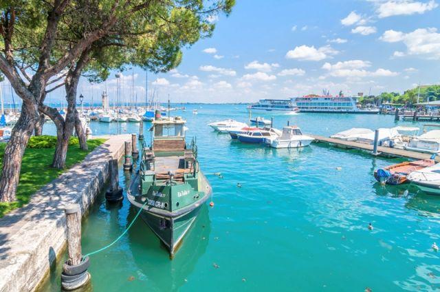 Foto panoramica del porto di Desenzano del Garda