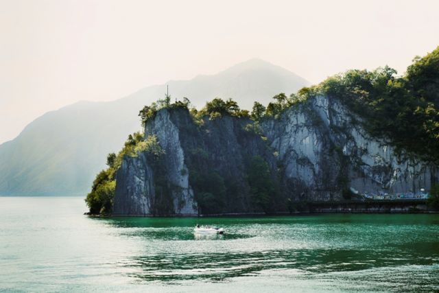 Scogliera e lago di Iseo - Movingitalia.it
