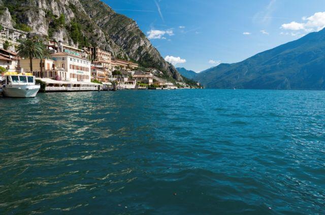Sullo sfondo Limone del Garda sul Lago di Garda - Movingitalia.it