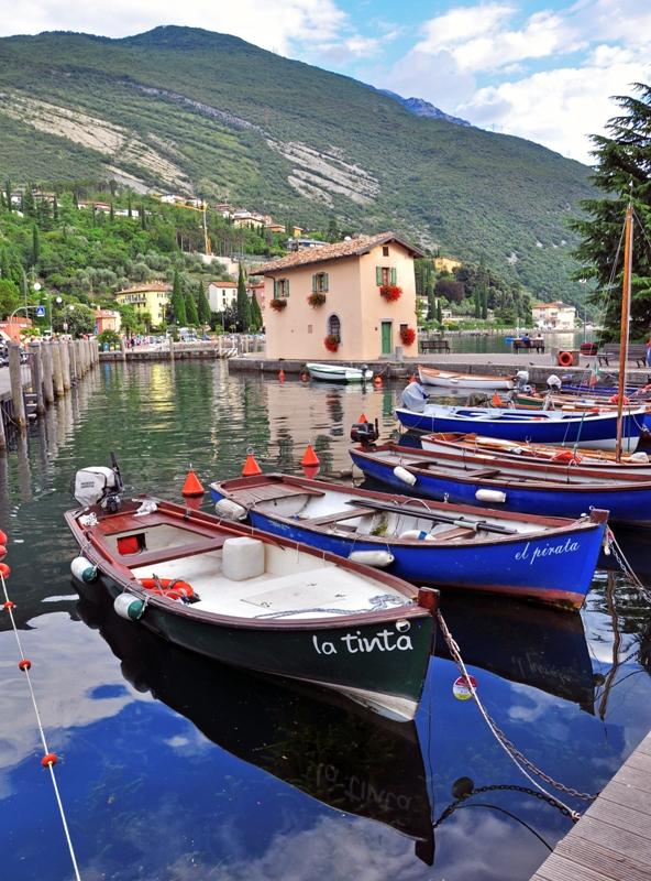 Foto primo piano delle barche nel piccolo porto di Torbole - Movingitalia.it