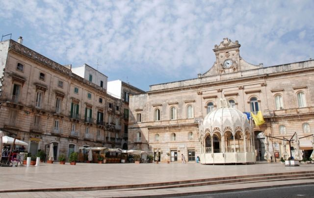 Piazza a Ostuni - Movingitalia.it
