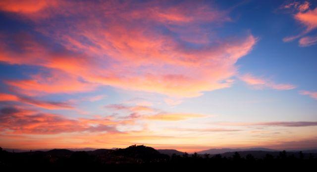 Cielo con nuvole rosse e vista castello Campobasso