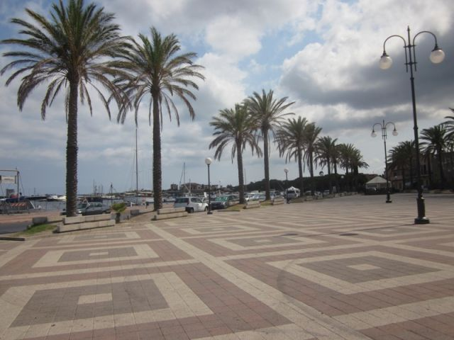 Piazza e lungomare a Sant'Antioco - Movingitalia.it