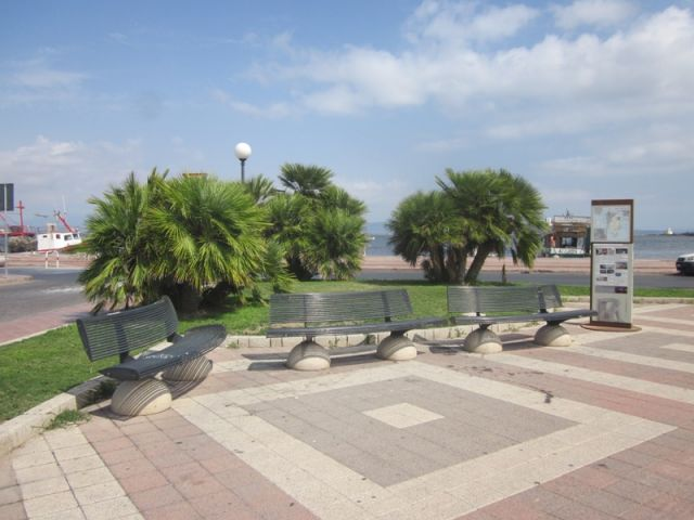 Panchine e piazzetta a Sant'Antioco - Movingitalia.it