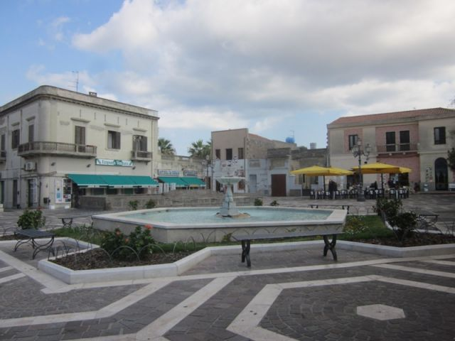 Fontana al centro della piazza a Sant'Antioco - Movingitalia.it