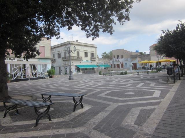 Piazza con pavimenti decorati a Sant'Antioco - Movingitalia.it