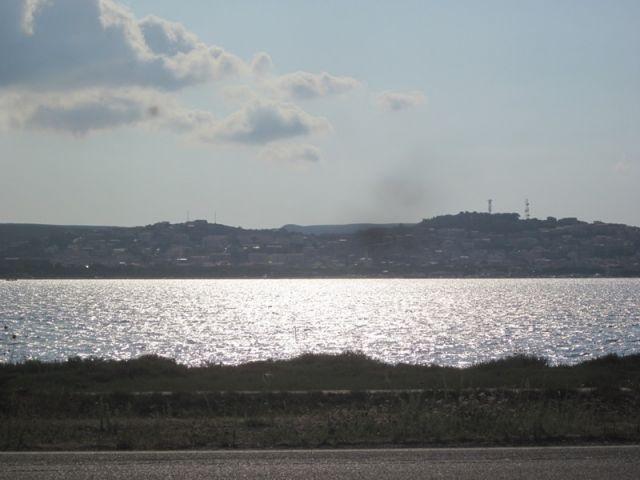 Sullo sfondo la città di Sant'Antioco