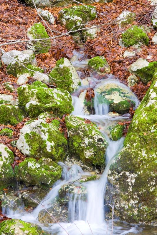Piccola cascata in primavera nella regione Campania Italia