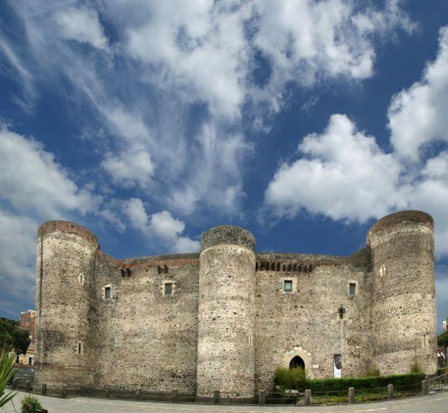Facciata del castello Ursino è un castello a Catania