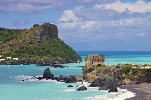 Foto panoramica dell'isola e del castello Dino, Calabria