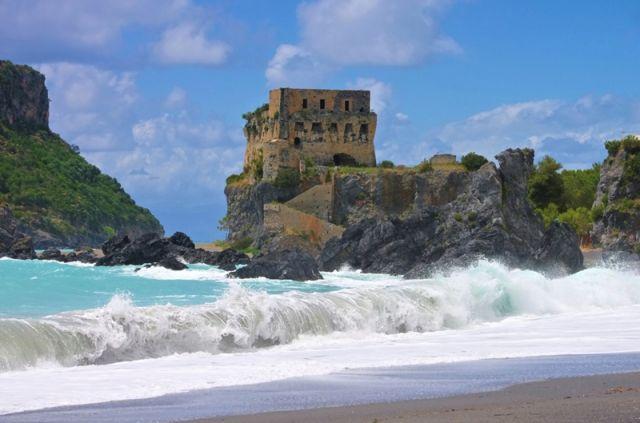 Mare e spiaggia sull'Isola di Dino in Calabria