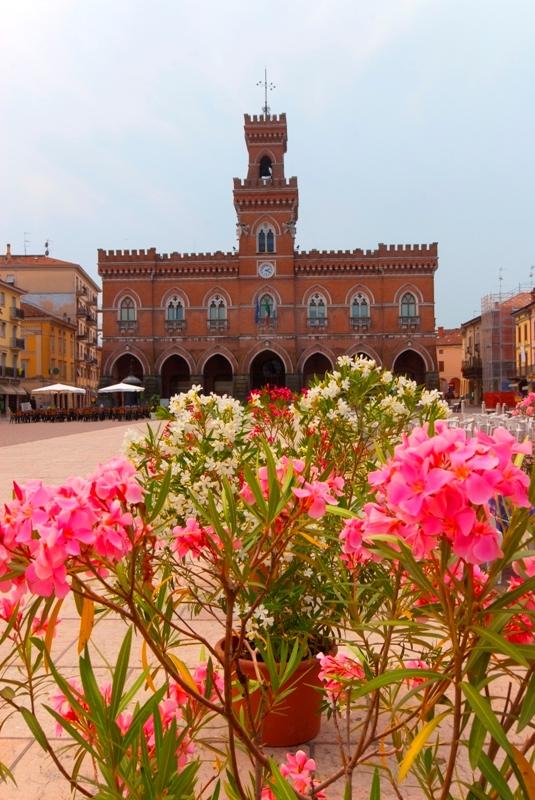 Casalmaggiore, la piazza principale e l'antico palazzo con fiori in primo piano - Movingitalia.it