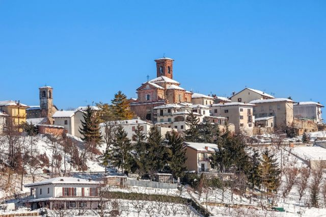 Città innevata Montelupo Albese a Cuneo - Movingitalia.it