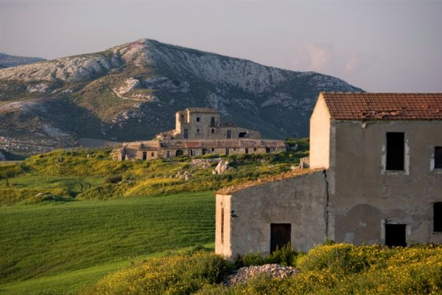 Agriturismo in campagna al crepuscolo a Centuripe - Movingitalia.it