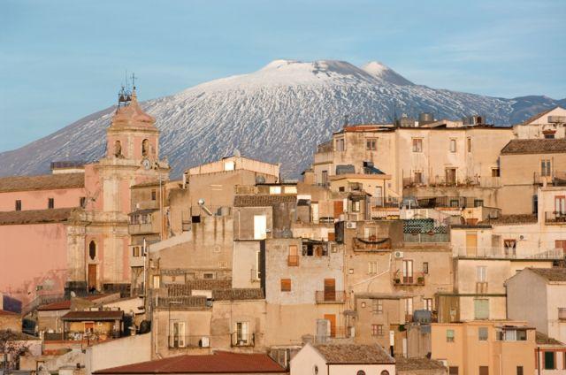 vista del paese e campanile su sfondo Etna a Centuripe - Movingitalia.it