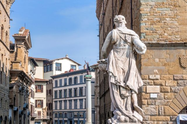 Statua nello storico centro di Firenze - Movingitalia.it
