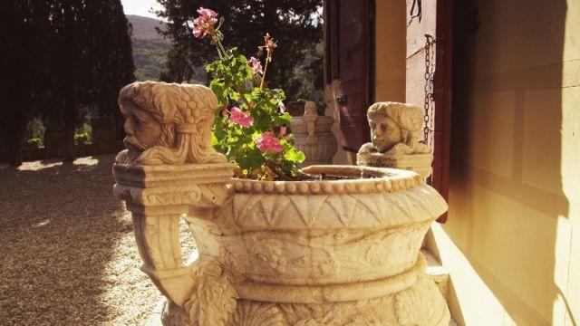 Fiore dentro una decorazione a Firenze - Movingitalia.it
