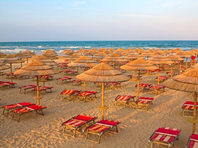 Spiaggia e ombrelloni a Gargano in Puglia - Movingitalia.it