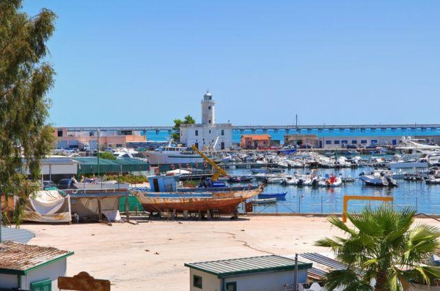 Foto panoramica del faro di Manfredonia