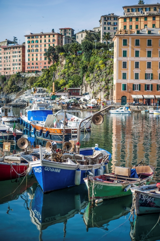 Foto primo piano del porto di Camogli in Liguria - Movingitalia.it