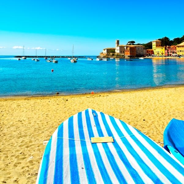 Barche e spiaggia a Sestri Levante in Liguria