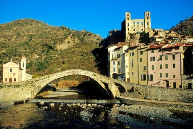 Foto panoramica del paesaggio di Dolceacqua - Movingitalia.it