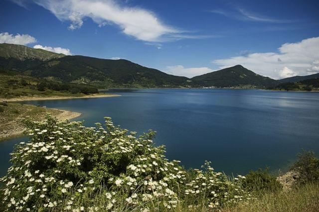 Monte e lago di Campotosto in Abruzzo - Movingitalia.it