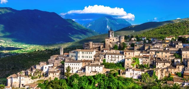 Foto panoramica di Capestrano in Abruzzo - Movingitalia.it