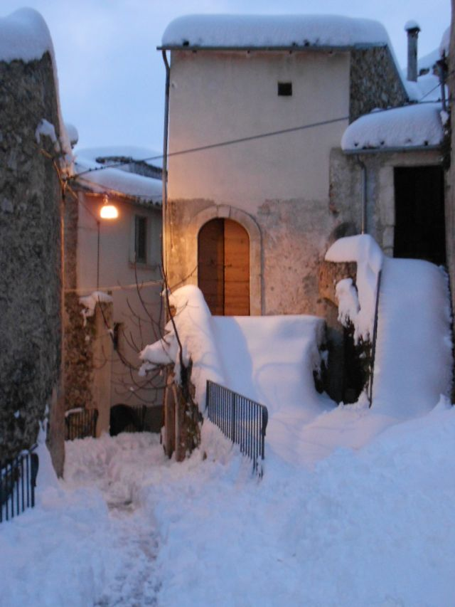 VICOLO INNEVATO A OFENA - Movingitalia.it