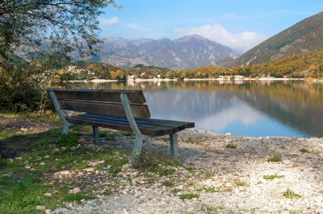 Panchina e lago di Scanno - Movingitalia.it