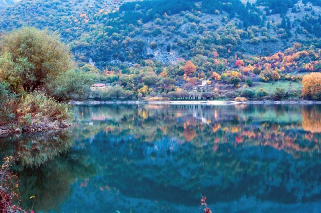 Riflesso nel lago di Scanno - Movingitalia.it