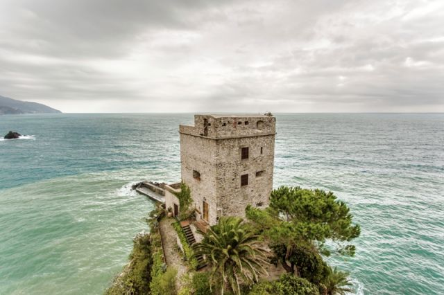 Torre e spiaggetta a Monterosso Al Mare in Liguria - Movingitalia.it