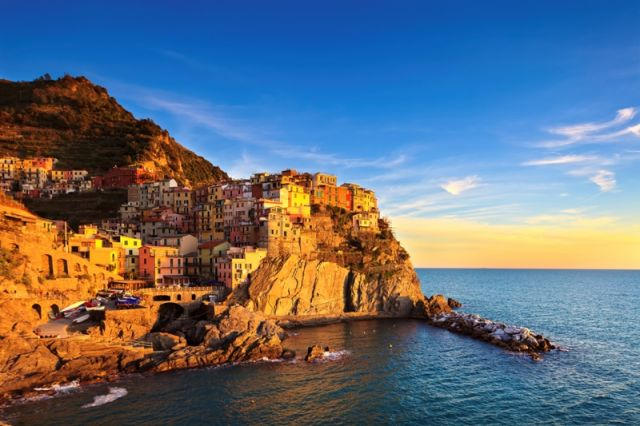 Foto panoramica del tramonto e spiaggia a Monterosso in Liguria - Movingitalia.it