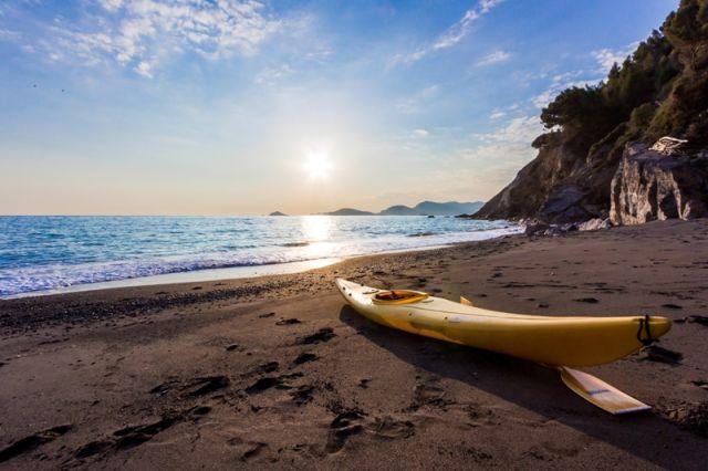 Kayak sulla spiaggia a Portovenere in Liguria