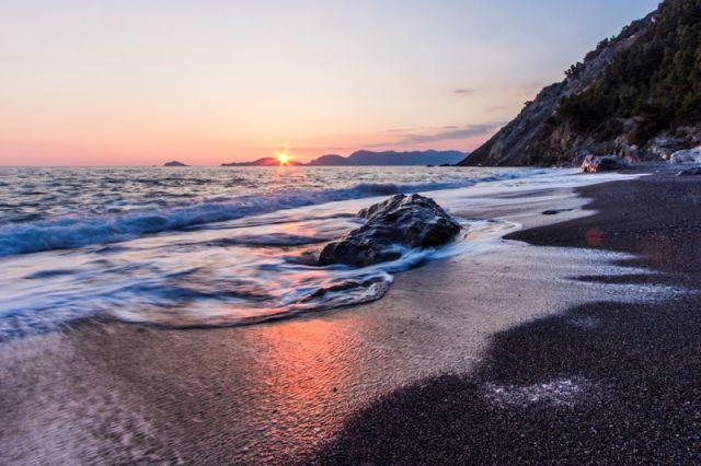 Spiaggia e mare al tramonto Portovenere in Liguria - Movingitalia.it
