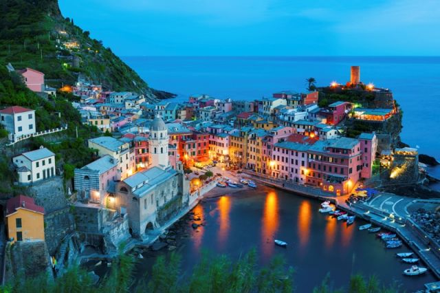 Foto panoramica di sera del porto di Vernazza in Liguria - Movingitalia.it
